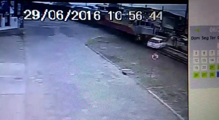 Carro é arrastado por trem 29/06/2016
