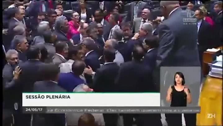 Deputados trocam socos e empurrões no plenário da Câmara dos Deputados
