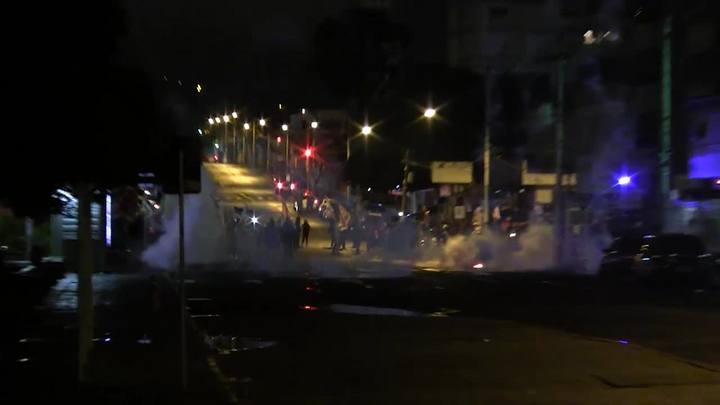 Manifestantes e policiais entram em confronto em frente a garagem da Carris