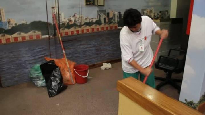 Funcionários realizam limpeza da Câmara de Vereadores após desocupação
