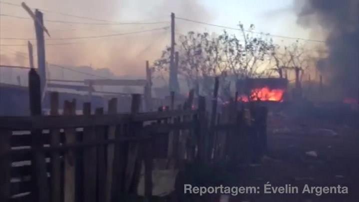 Incêndio de grandes proporções atinge galpão de reciclagem em Porto Alegre - 06/12/2013