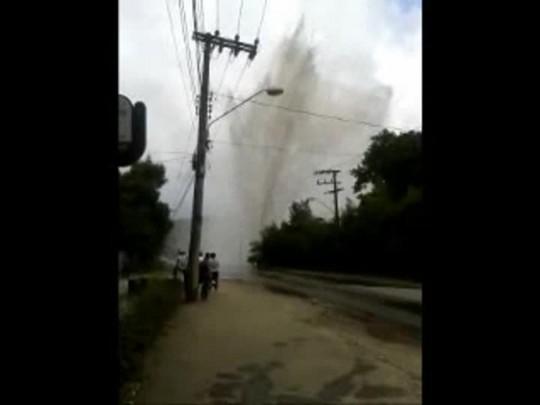 Carro bate em válvula que quebra e forma chafariz de 20 metros em Joinville