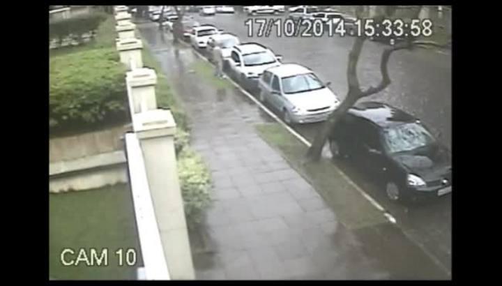 Câmeras flagram furto em veículo em Caxias