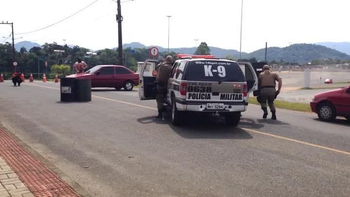 Treinamento de cachorros do 14ª Batalhão da Polícia Militar