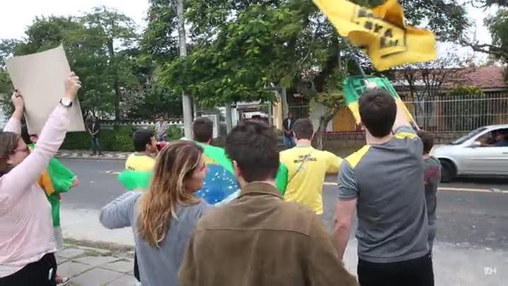 Grupo protesta em frente à casa do ex-marido de Dilma Rousseff