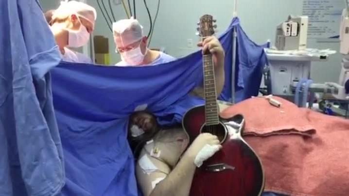 Paciente toca Beatles durante cirurgia para extrair tumor no cérebro em hospital de Tubarão