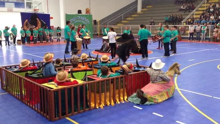Veja como foi a apresentação do Boi de mamão da Escola de Ensino Fundamental Ribeirão Molha no ginásio Arthur Müller em Jaraguá do Sul.