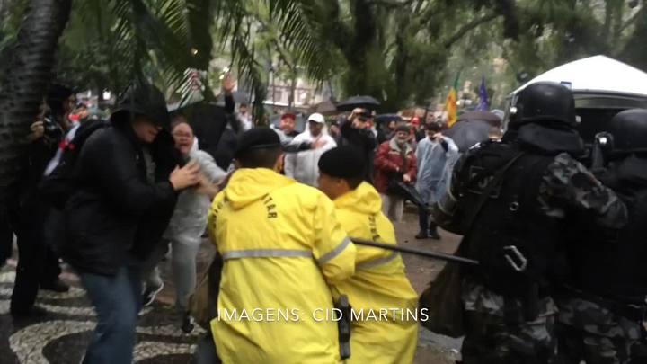 Veja imagens do confronto entre policiais e manifestantes em frente à Assembleia
