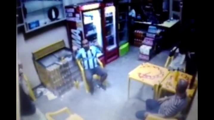 VÍDEO mostra tiroteio que matou cliente e assaltante em bar de Porto Alegre