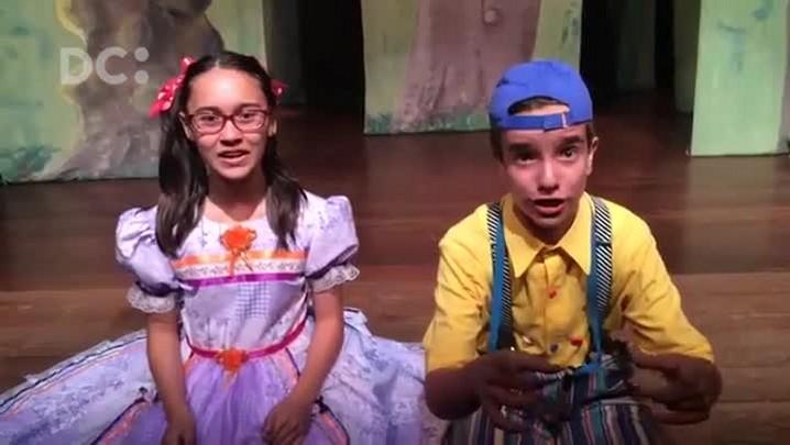 João e Maria convidam o público para assistir à peça de teatro