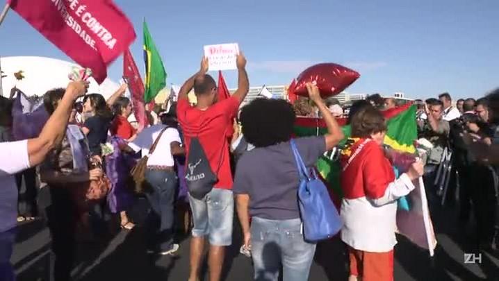 Manifestantes pró-Dilma protestam em frente ao Senado