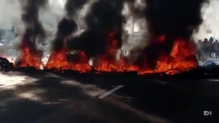 Manifestantes contra o impeachment queimam pneus na freeway