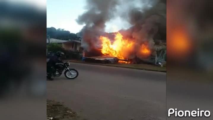 Incêndio destrói moradia no Bairro Mariani em Caxias do Sul