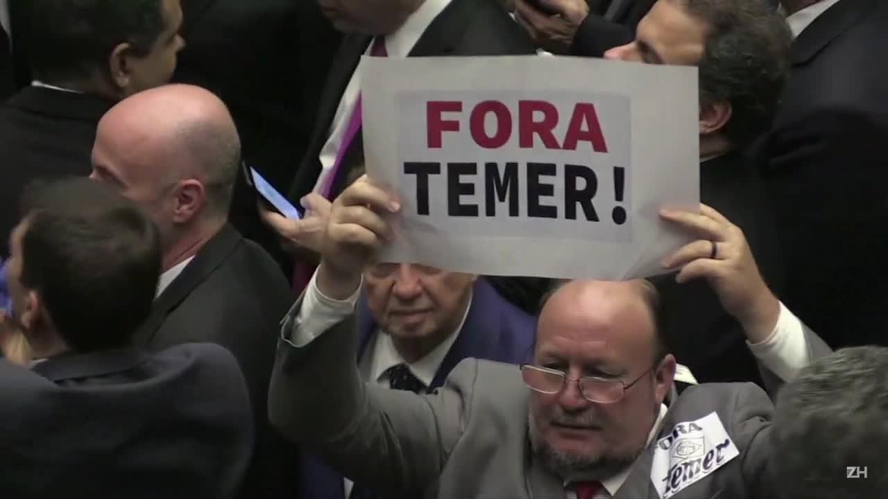 Câmara arquiva denúncia contra Temer com 263 votos