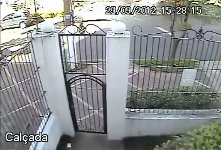 Câmeras de segurança flagram roubo de carro em Porto Alegre