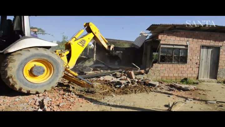 Casas são demolidas no loteamento Jardim Primavera, em Gaspar