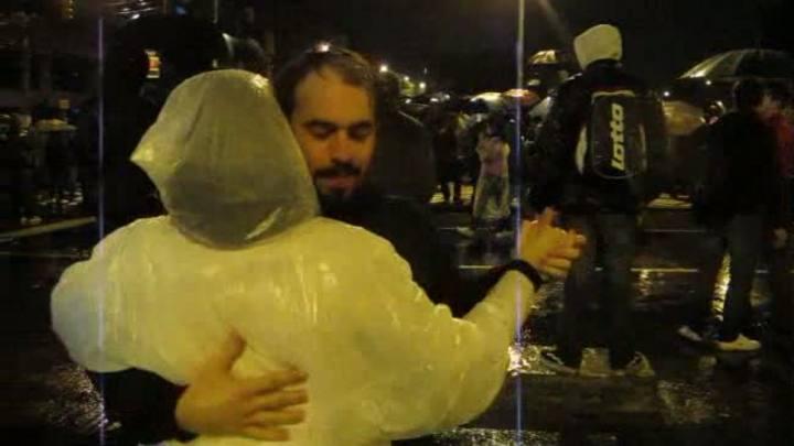 Protesto POA: Casal dança em meio à manifestação