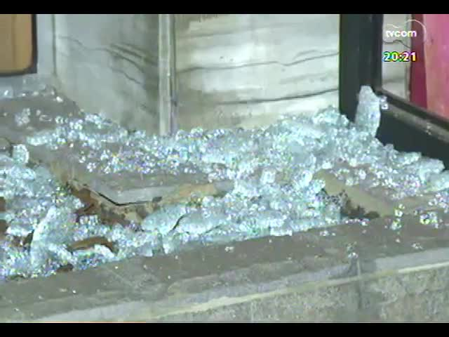 TVCOM 20 Horas - Secretaria de Segurança Pública promete reforçar policiamento em frente ao prédio de Fortunati após novos atos de vandalismo - Bloco 3 - 16/10/2013
