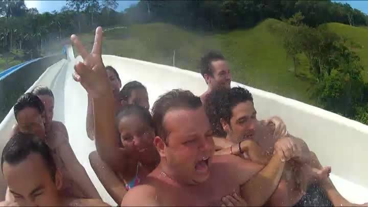 Todo mundo é criança no parque aquático