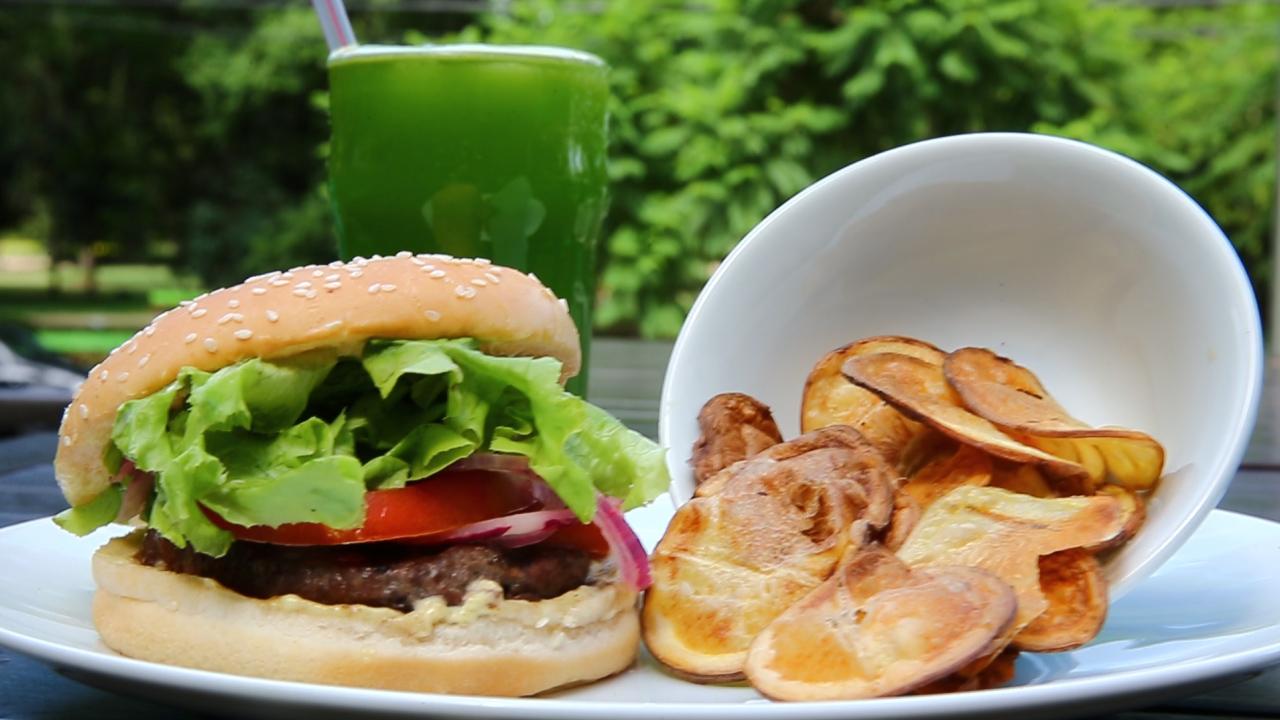 Receita Gastrô: Suco Verde com Hambúrguer de Filé de Costela