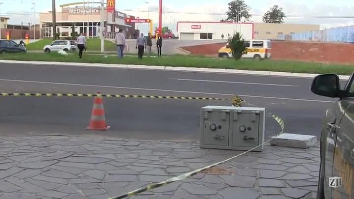 Cofre cai de carro durante fuga de bandidos