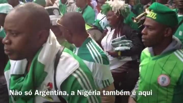 Banda de nigerianos faz festa em direção ao Beira-Rio
