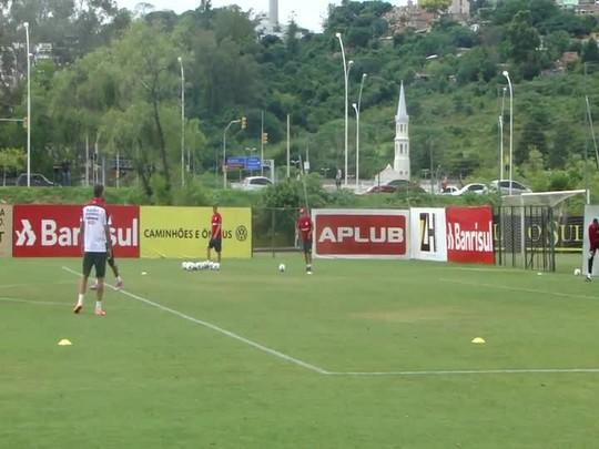 Moura e Paulista treinam finalizações no Inter