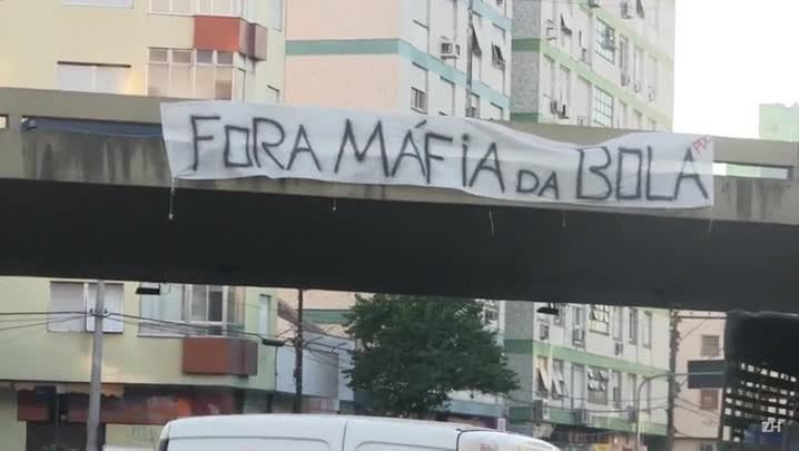 Faixas de protesto contra a CBF são espalhadas por Porto Alegre