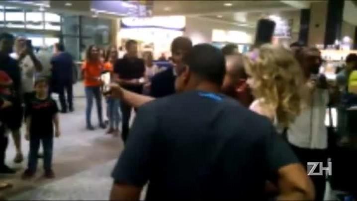 Torcida recepciona delegação do Grêmio no aeroporto após vitória no Mineirão