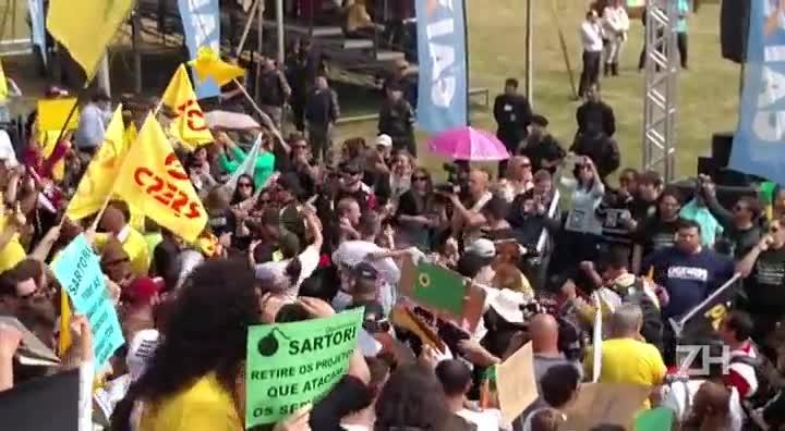 Manifestantes imitam Sartori dançando