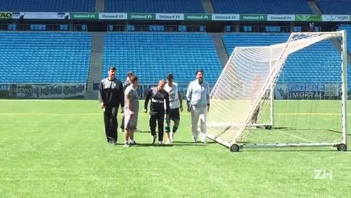 Henrique Almeida deixa treino do Grêmio com dores no tornozelo