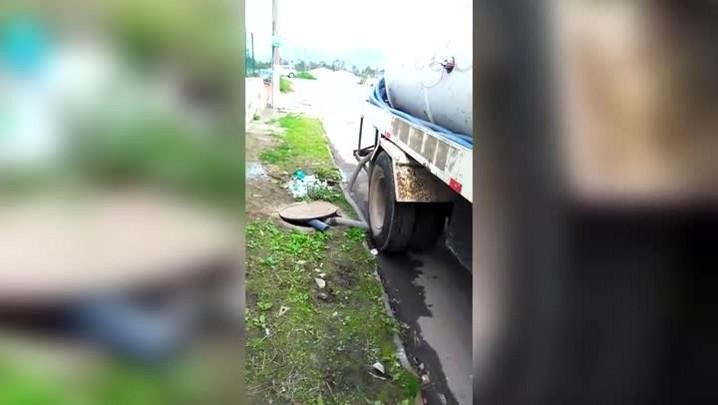 Caminhão flagrado despejando dejetos de forma irregular na Cachoeira do Bom Jesus, em Florianópolis