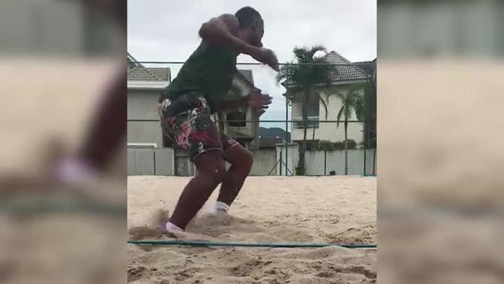 Léo Moura treina nas férias
