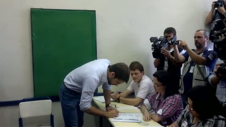 Eduardo Leite vota acompanhado de Marchezan Júnior
