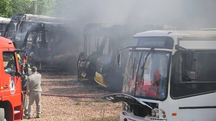 Ônibus pegam fogo no pátio da Carris