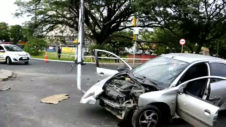 Carro é alvejado por tiros e bate em sinaleira em Porto Alegre