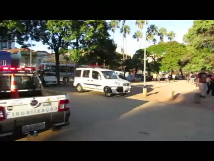 Motoristas são autuados por estacionarem dentro do Parque da Redenção. 21/04/2013