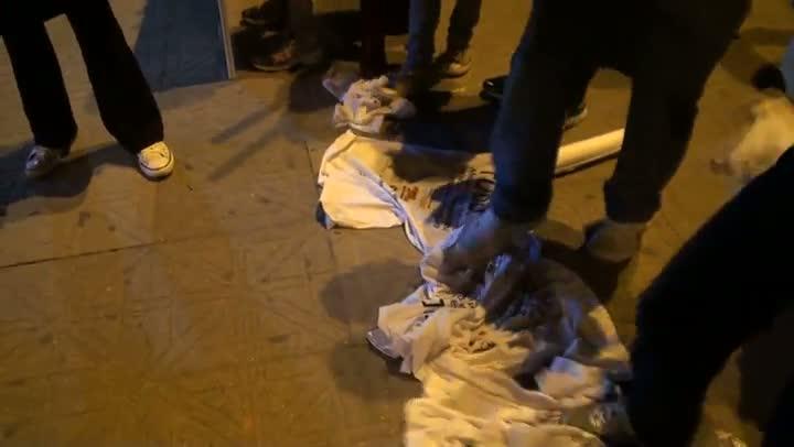 Manifestantes pisoteiam camisetas em Florianópolis