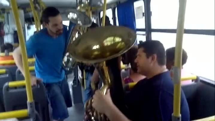 Músicos tocam em ônibus em Pelotas