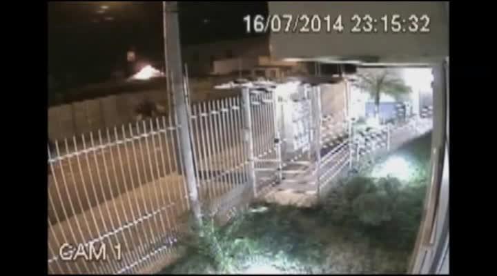 Câmeras de vigilância flagram bandido que entra em apartamento pela sacada