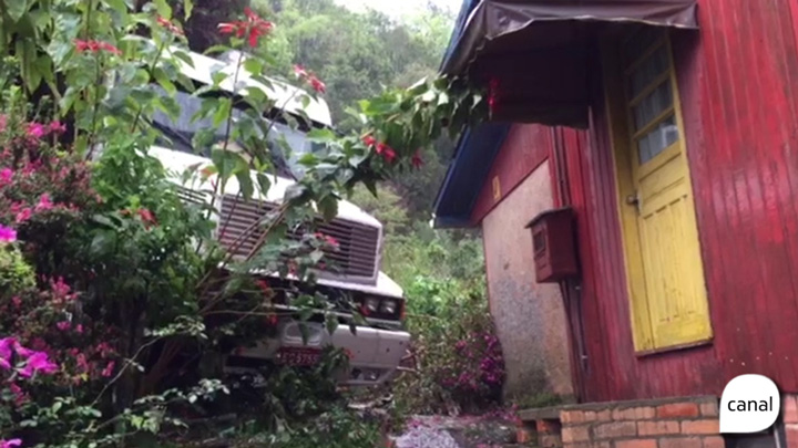 Motorista de caminhão perde o controle e atinge casa em Caxias do Sul
