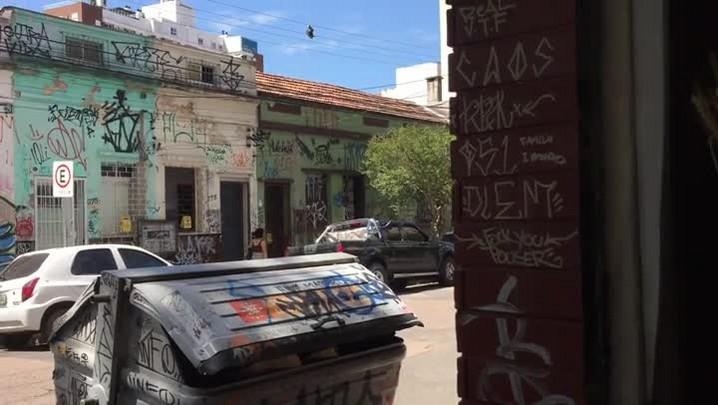 Em quadra da Cidade Baixa, nove de cada dez casas e prédios estão pichados