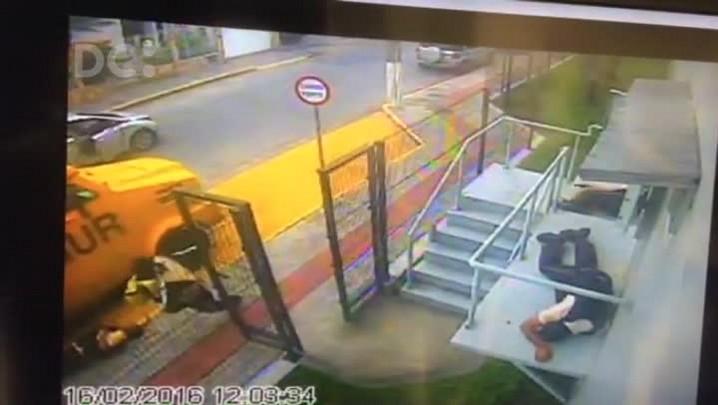 Câmera de segurança flagra o momento do roubo do malote