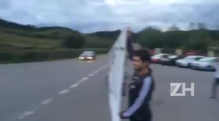 Manifestantes anti-DIlma protestam em frente a hotel em Bento Gonçalves