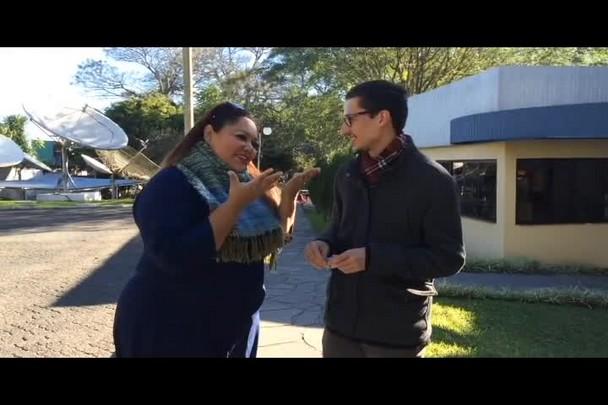 """Deborah Rosa entrega ingressos para vencedor do concurso \""""No Camarim com Alcione\"""""""