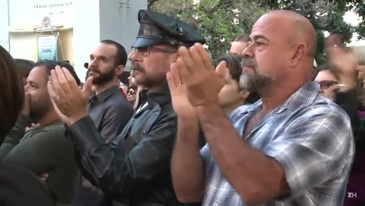 Lady Gaga participa de vigília por massacre