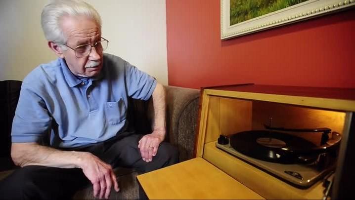 Conheça seu Colvero, que há 60 anos restaura rádios e histórias em Santa Maria