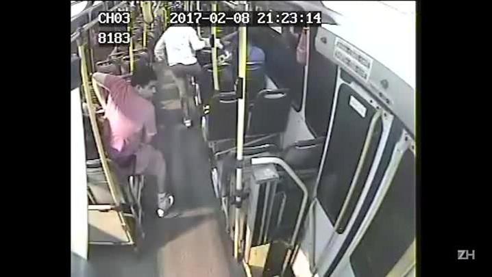 Mãe e filhos assaltam e agridem passageiros de ônibus (08/02/2017)