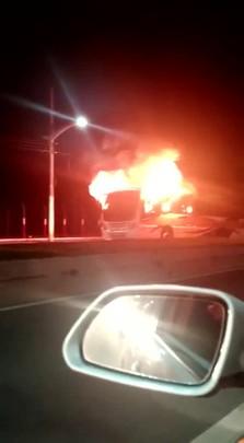 Ônibus é incendiado em acesso a Univali em Itajaí