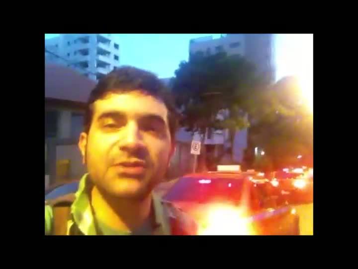 Taxistas fazem protesto em frente a casa do governador após assassinatos de colegas em Porto Alegre. 30/03/2013